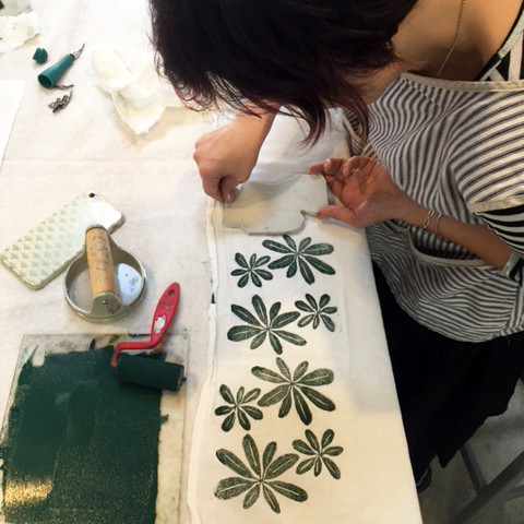 Tracy Benjamin printing in Jen Hewett's Block Printing on Fabric class